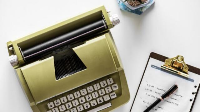 薄緑のタイプライターとメモパッド